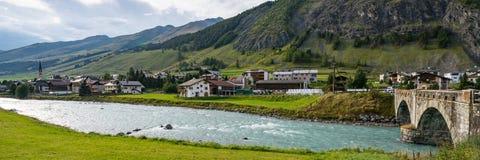 Boogbrug ofer de rivierherberg in s-Chanf royalty-vrije stock foto