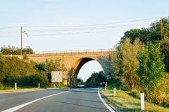 Boogbrug op wegweg in Maribor Slovenië royalty-vrije stock afbeelding