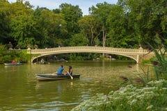 Boogbrug over het Meer in het Central Park in Manhattan stock fotografie