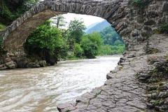 Boogbrug van koningin Tamara over Adzhariszkhali-rivier in Adjara royalty-vrije stock afbeeldingen