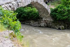 Boogbrug van koningin Tamara over Adzhariszkhali-rivier in Adjara royalty-vrije stock foto