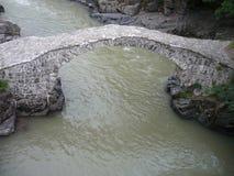 Boogbrug van koningin Tamara over Adzhariszkhali-rivier in Adjara, Georgië stock foto's