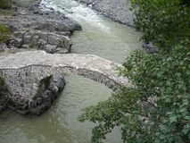 Boogbrug van koningin Tamara over Adzhariszkhali-rivier in Adjara, Georgië royalty-vrije stock foto's