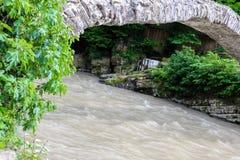 Boogbrug van koningin Tamara over Adzhariszkhali-rivier in Adjara royalty-vrije stock foto's