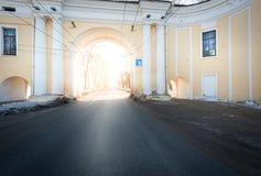 Booghuis en asfaltweg die door het overgaan Royalty-vrije Stock Foto