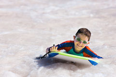 Αγόρι που κολυμπά στον πίνακα boogie Στοκ Φωτογραφίες