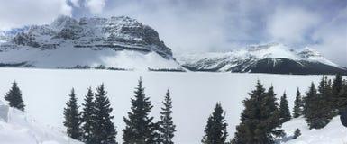 Boogmeer in de winter, het Nationale Park van Banff, Alberta, Canada wordt bevroren dat royalty-vrije stock foto's