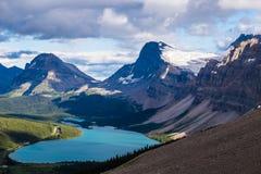 Boogmeer en de Piek van de Geneeskundeboog in het Nationale Park van Banff, Canada Stock Foto's