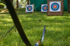 Boogschietenconcept met doelstellingen en boog stock fotografie