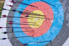 Boogschietendoel met pijlen op het Verschillende 3d bal Stock Foto's