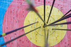 Boogschietendoel met pijlen op het Verschillende 3d bal Royalty-vrije Stock Foto's