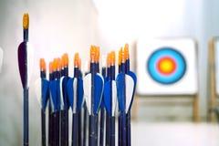 Boogschietenpijlen met doelstellingen binnen uit nadrukachtergrond Stock Afbeeldingen