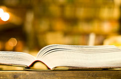 book öppet tjockt för bokhandel Arkivbilder
