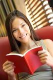 book avläsningskvinnan Arkivbild