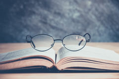 Book&Glasses Image stock