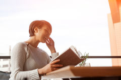 book laughing woman стоковые фото