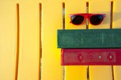 Book på stranden tillbaka skola till Royaltyfria Foton
