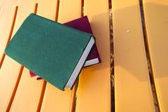 Book på stranden tillbaka skola till Arkivfoton