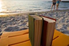Book på stranden tillbaka skola till Royaltyfria Bilder