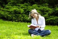 book reading woman Στοκ φωτογραφία με δικαίωμα ελεύθερης χρήσης