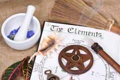 book wiccan elementskuggor Arkivbilder