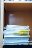 Bookcase офиса с папками данных Стоковые Изображения