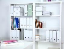 Bookcase z falcówkami w biurowym biznesmenie Obrazy Stock