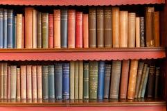 Bookeshelf con los libros viejos Foto de archivo libre de regalías