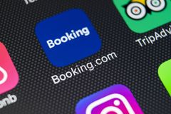 booking ícone da aplicação de COM no close-up da tela do iPhone X de Apple Ícone do app do registro booking COM é Web site em lin imagem de stock royalty free