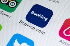 booking ícone da aplicação de COM no close-up da tela do iPhone X de Apple Ícone do app do registro booking COM é Web site em lin imagem de stock
