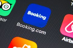 booking ícone da aplicação de COM no close-up da tela do iPhone X de Apple Ícone do app do registro booking COM é Web site em lin fotografia de stock royalty free