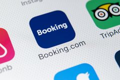 booking ícone da aplicação de COM no close-up da tela do iPhone X de Apple Ícone do app do registro booking COM é Web site em lin fotografia de stock
