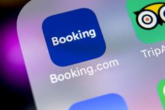 booking ícone da aplicação de COM no close-up da tela do iPhone X de Apple Ícone do app do registro booking COM é Web site em lin foto de stock royalty free