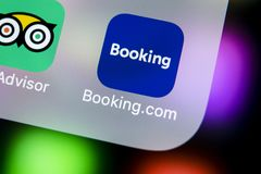 booking ícone da aplicação de COM no close-up da tela do iPhone X de Apple Ícone do app do registro booking com Meios sociais app foto de stock