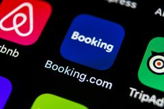 booking ícone da aplicação de COM no close-up da tela do iPhone X de Apple Ícone do app do registro booking com Meios sociais app fotografia de stock