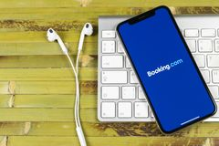 booking ícone da aplicação de COM no close-up da tela do iPhone X de Apple Ícone do app do registro booking com Meios sociais app fotos de stock royalty free