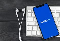 booking ícone da aplicação de COM no close-up da tela do iPhone X de Apple Ícone do app do registro booking com Meios sociais app fotografia de stock royalty free