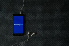 booking logotipo de COM na tela do smartphone fotografia de stock