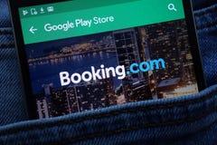 bookishly com-appen på Google Play Storewebsiten som visas på smartphonen som döljas i jeans, stoppa i fickan royaltyfri foto