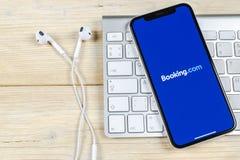 bookishly com-applikationsymbol på närbild för skärm för Apple iPhone X Bokningapp-symbol bookishly com Socialt massmedia app bil royaltyfri bild