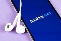 bookishly com-applikationsymbol p? n?rbild f?r sk?rm f?r Apple iPhone X Bokningapp-symbol bookishly com Socialt massmedia app bil fotografering för bildbyråer