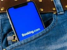 bookishly com-applikationsymbolen på närbild för skärm för Apple iPhone X i jeans stoppa i fickan Bokningapp-symbol bookishly com arkivfoton