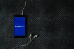 bookishly com-logo på smartphoneskärmen arkivbild