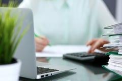 Bookkeeper или финансовый контролер делая отчет, высчитывая или проверяя баланс Связыватели с крупным планом бумаг Ревизуйте Стоковые Изображения RF