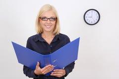 Bookkeper attraente con il dispositivo di piegatura Immagine Stock