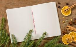 与圣诞节装饰的空白的食谱booklett 免版税库存照片