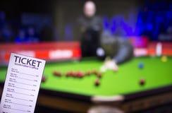 Bookmakerkaartje op de achtergrond van TV, die een spel van snooker toont, sporten die, bookmakerkaartje wedden royalty-vrije stock fotografie