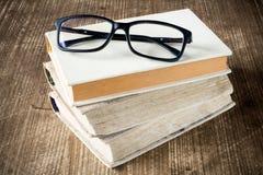 books att läsa för exponeringsglas Royaltyfri Fotografi