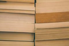 Books bakgrund Gammal tappning bokar bakgrund Utbildning och kunskap, lär, studie- och vishetbegreppet books den gammala bunten Fotografering för Bildbyråer