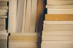 Books bakgrund Gammal tappning bokar bakgrund Utbildning och kunskap, lär, studie- och vishetbegreppet books den gammala bunten Arkivbild